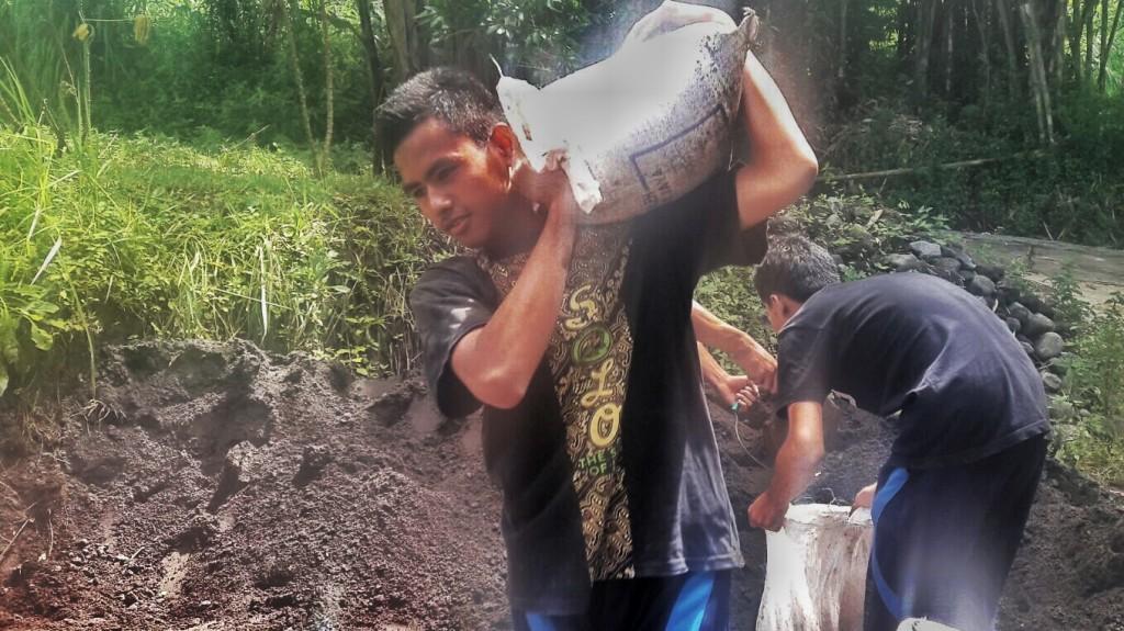 (foto: Husen) Para peserta membantu pembangunan rumah salah satu warga dusun.