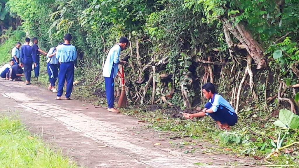 (foto: Husen) Siswa membersihkan lingkungan di SMD 2016