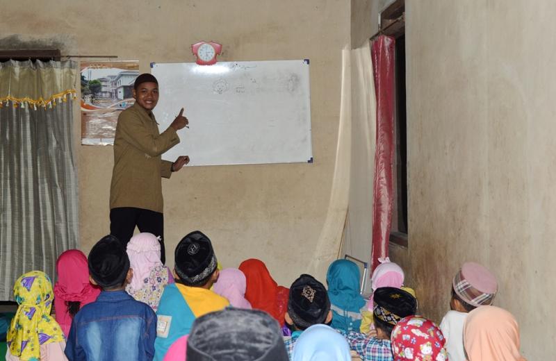 (foto: Fu) Siswa mengajar kosa kata bahasa arab