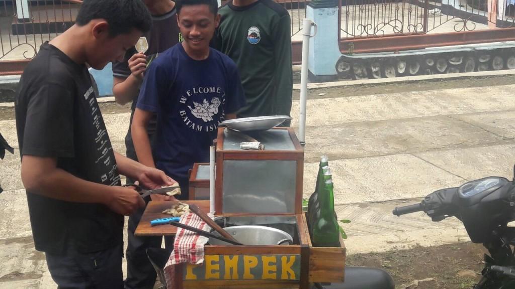 (foto: Husen) Seorang peserta SMD sedang mencoba memasak Pempek